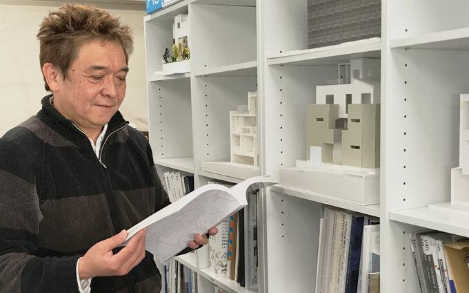 書棚と横川社長