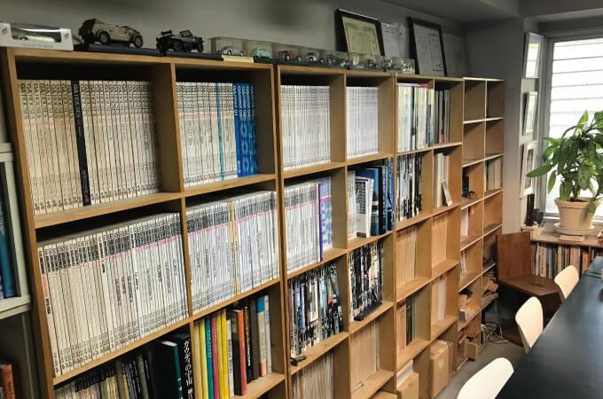 本棚に整然と並べられた資料