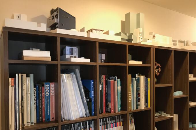 設計資料と建築3Dモデルが並んだ本棚