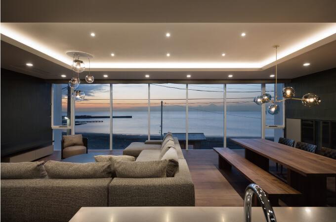 海のそばにある別荘の内装