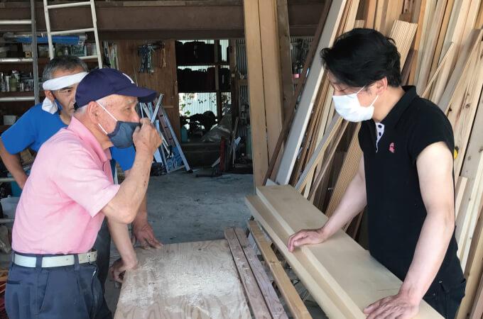 木材加工場での話し合い