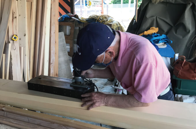木材を加工する加藤社長