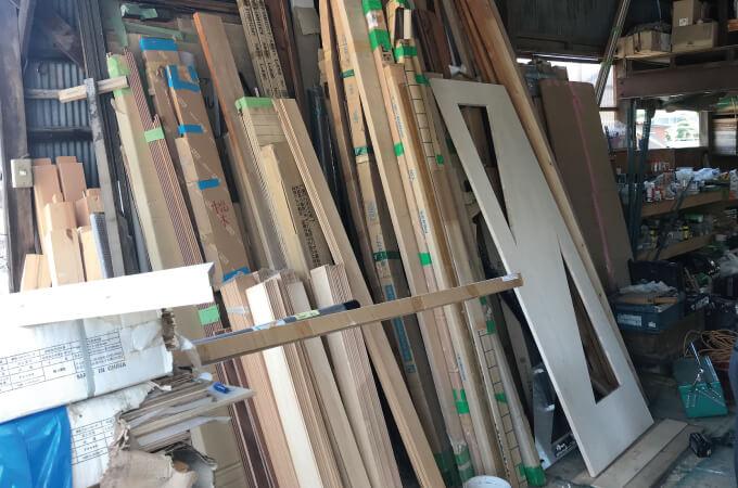 立てかけられた複数の木材