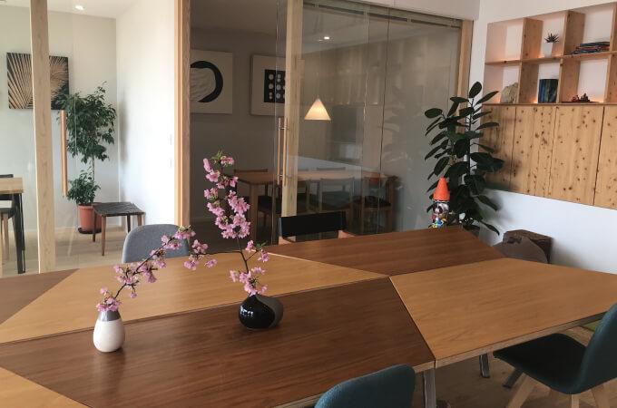 大きなテーブルと飾られた花