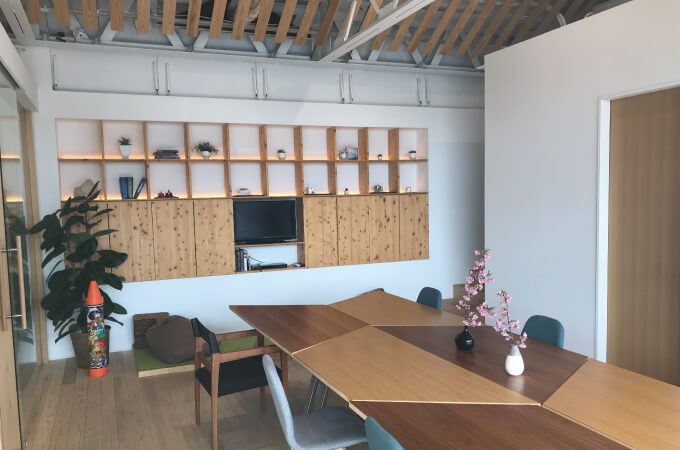 テーブルと飾り棚