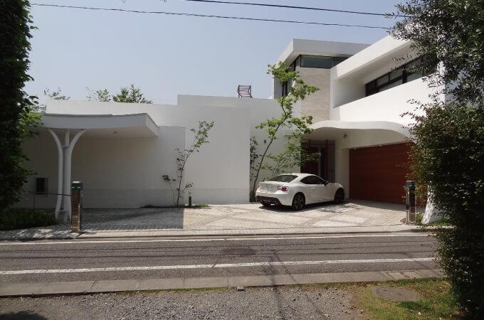 白を基調としたお家の外観