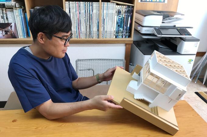 模型をみる福田さん