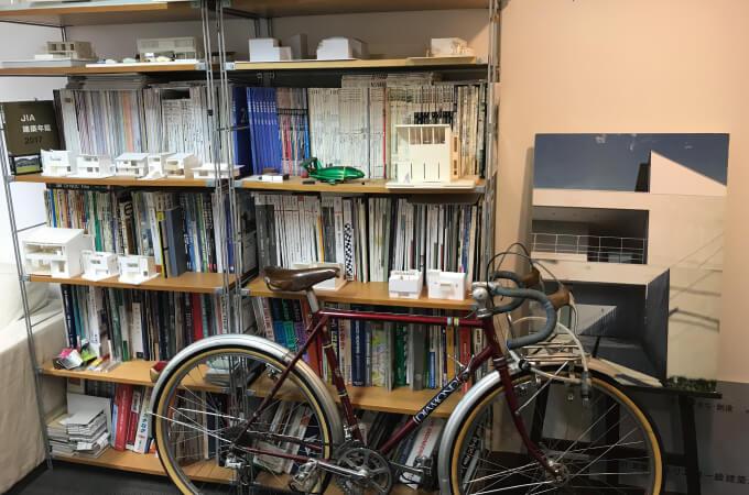 本棚とスポーツバイク