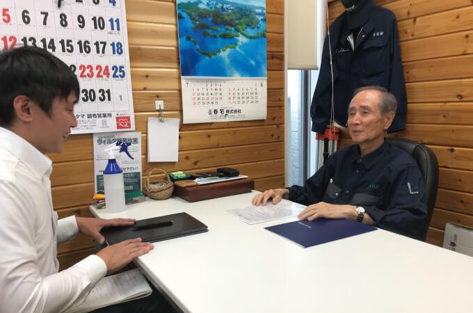 インタビューに応じる贄田社長