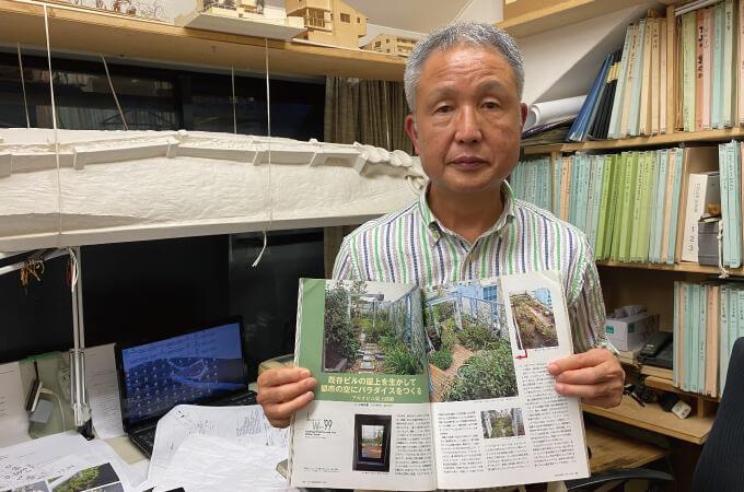 自身の手掛けた作品が載った雑誌を手にする小林さん
