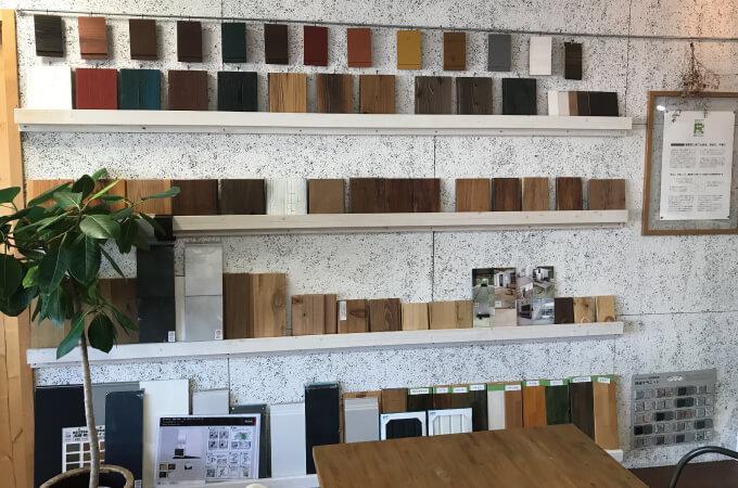 棚に並んだ木材のサンプル