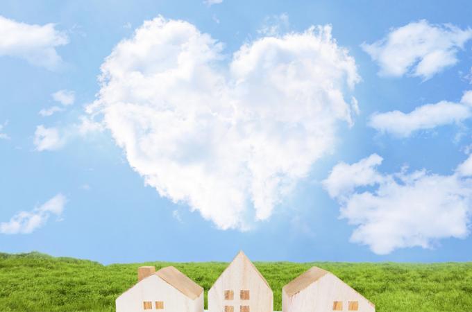ハート型の雲と青空と家