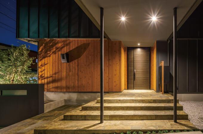 照明に照らされる玄関の外