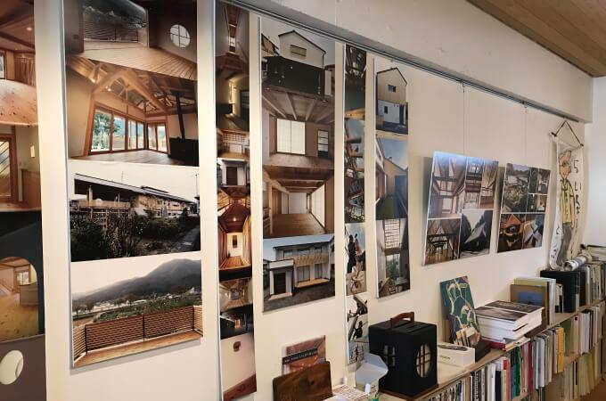 壁一面に飾ってある手掛けた作品の写真