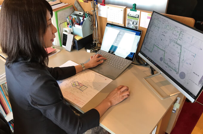 パソコンで間取り図を作る鈴木さん
