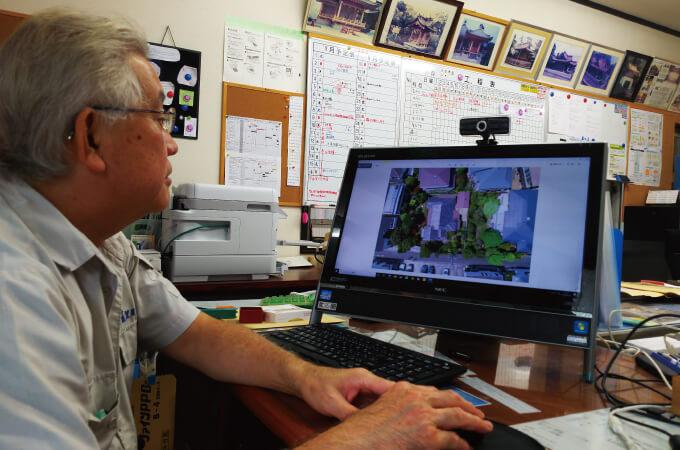パソコンを操作する望月社長