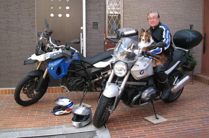 愛犬とともにバイクにまたがる望月社長