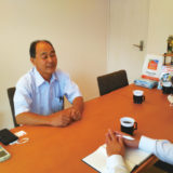 インタビューに応じる山井さん