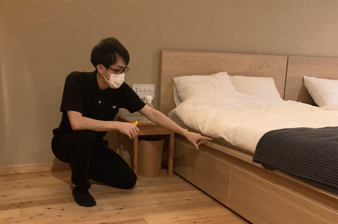 ベッドの側で説明する社長のご子息