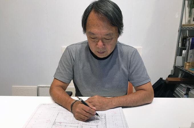 図面を描く松永さん