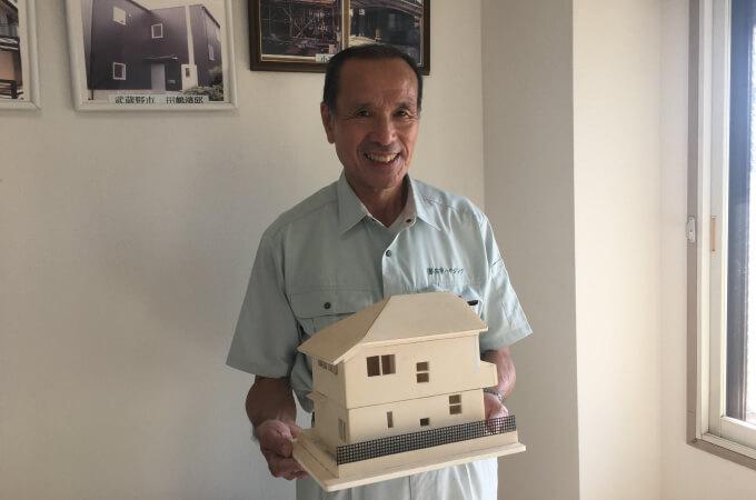 3Dモデルのお家を持つ中野社長