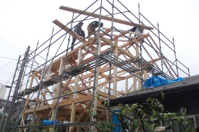 足場を組んで施工する大工さんたち
