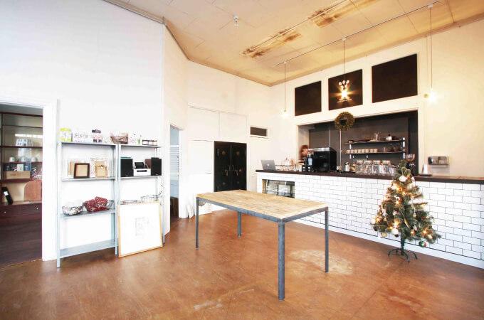 銀行だった建物を改装したカフェ兼雑貨店2