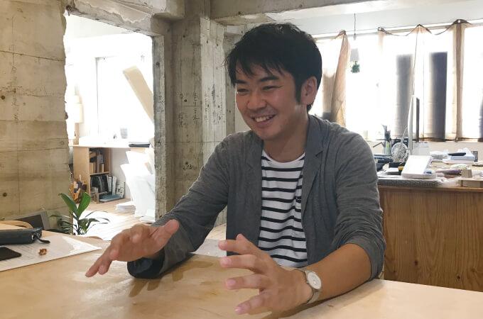 手振りを交えて説明する安田さん