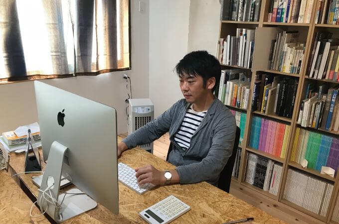 パソコンで作業をする安田さん