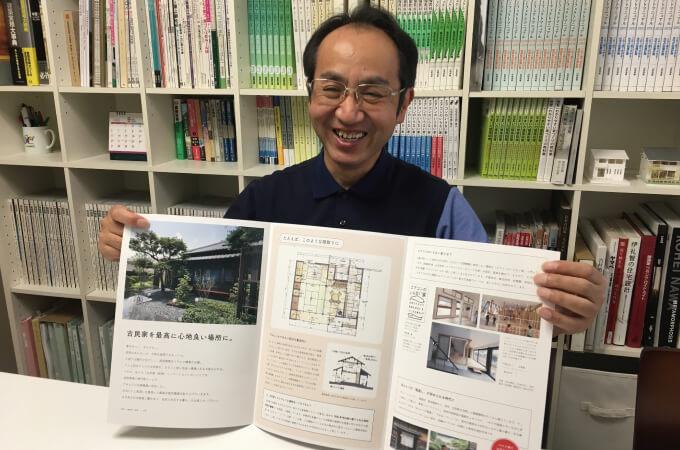 笑顔でパンフレットを広げる山田さん