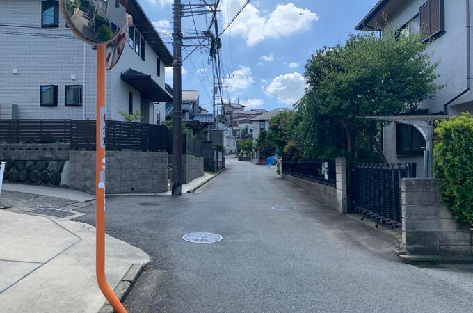 バス停からの道