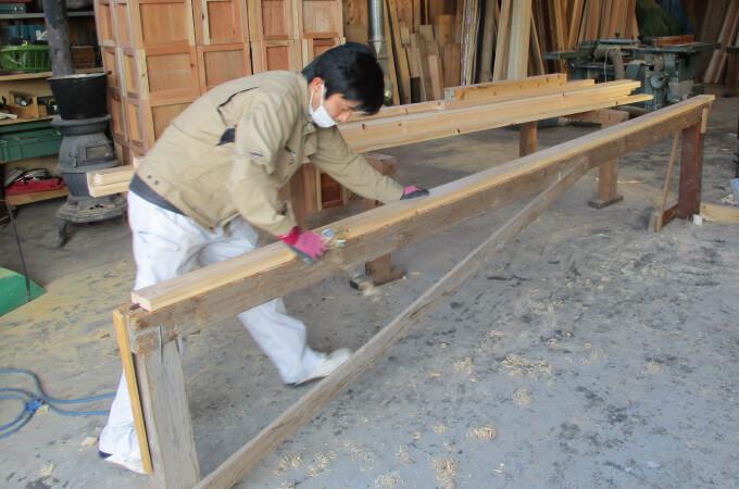 木材を鉋で削る職人さん