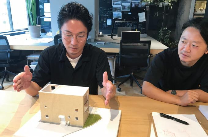 3Dモデルについて手振りを交えながら説明する阿部さん