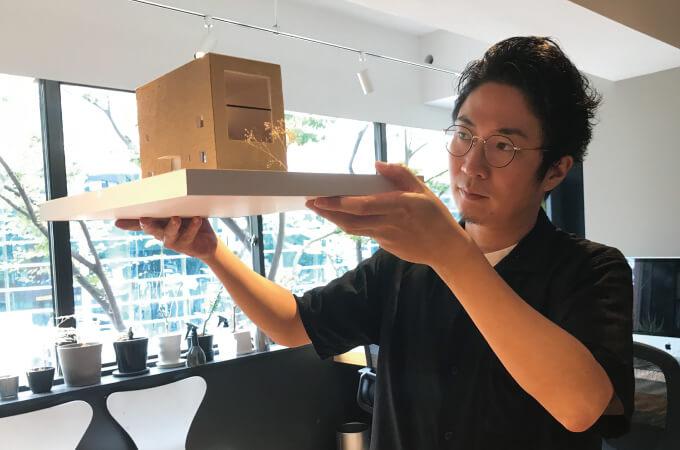 3Dモデルを手にする阿部さん