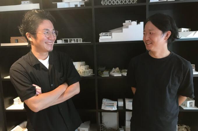 笑顔で会話する岩﨑さんと阿部さん