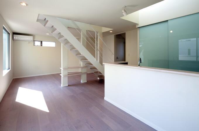 階段とキッチン2