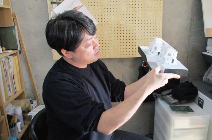 3Dモデルを手にする伊藤さん