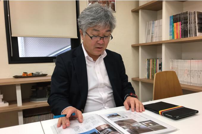 本について説明する中村さん1