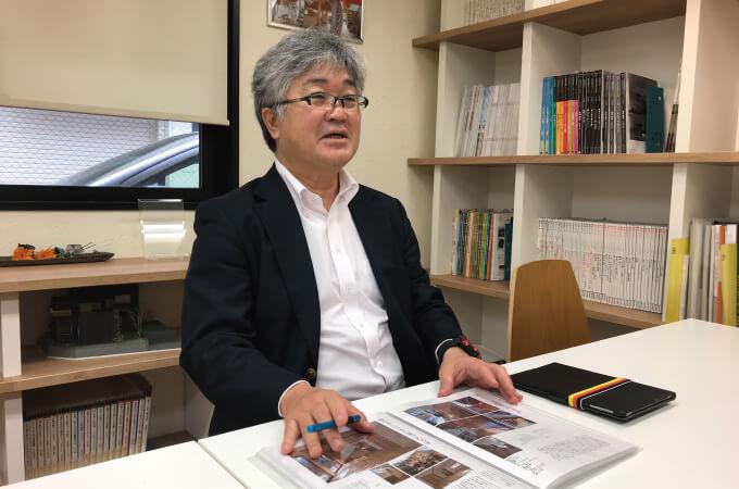 本について説明する中村さん3