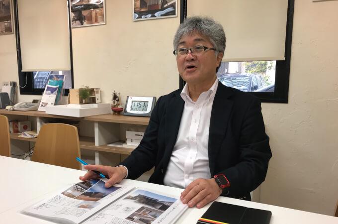 本について説明する中村さん2