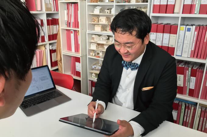 タブレットをペンで操作する石川さん