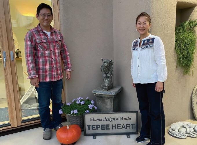 西尾さんと半田さんと会社の看板