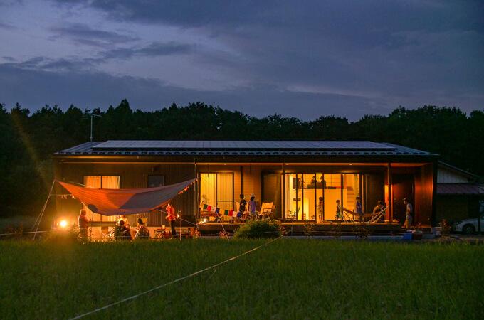 夜に庭でキャンプをしている様子