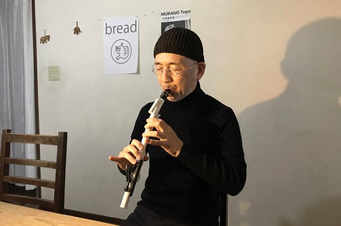 サックスを吹く田村さん