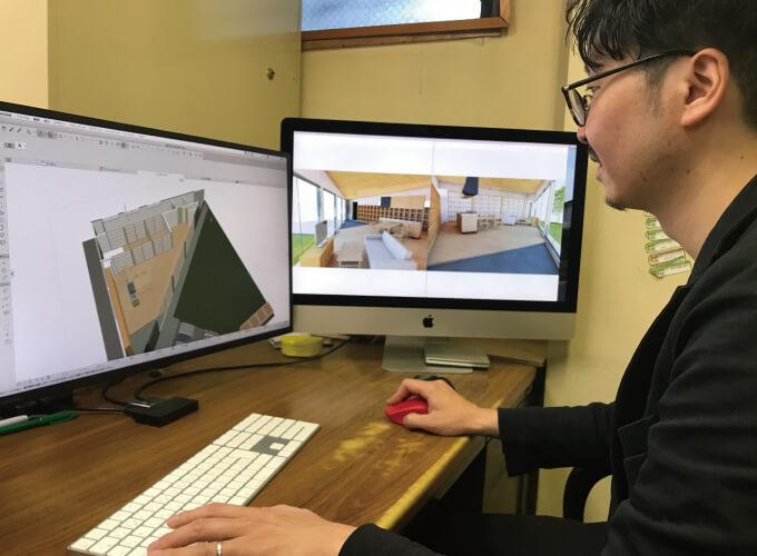 パソコンを操作する岸田さん