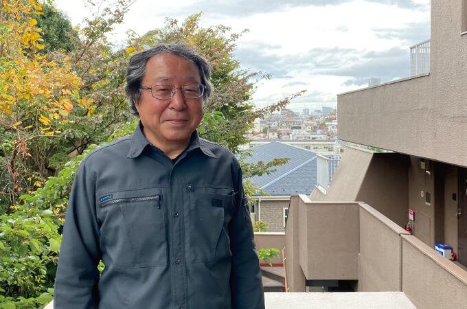 風景をバックに撮った平野さん