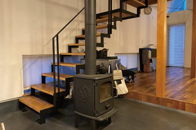 階段脇にある薪ストーブ