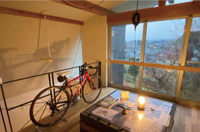 ロードバイクと窓から見える景色