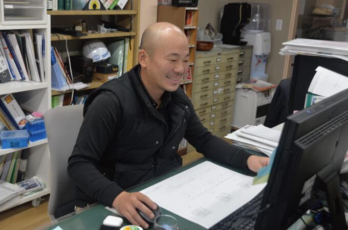 笑顔でパソコンを操作する田中さん