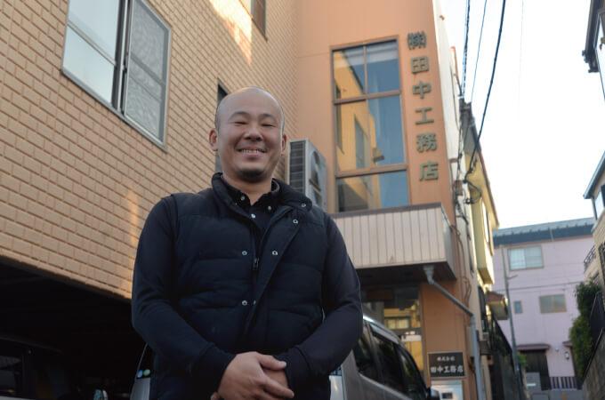 田中工務店の前で撮影した田中さん